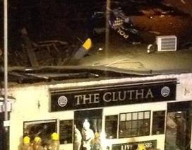 Trực thăng cảnh sát lao vào quán rượu đông người