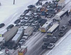 """Tai nạn liên hoàn, gần 100 xe """"cắn đuôi"""" nhau"""