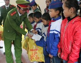 Lính trẻ đưa Tết sớm lên vùng cao