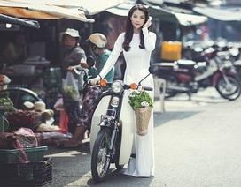 Trương Ngọc Ánh thướt tha áo dài bên xe cúp