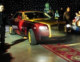 Đàm Vĩnh Hưng chạy xe mạ vàng 40 tỷ lên sân khấu