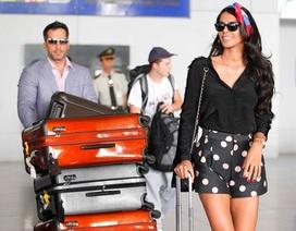 Hoa hậu Thế giới cùng ông xã rạng rỡ ở sân bay Việt Nam