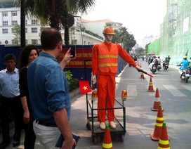 Robot điều tiết giao thông hút mắt người đi đường