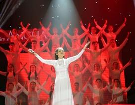 """Liveshow Thanh Thúy ngập tràn """"cờ đỏ sao vàng"""""""
