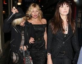 Kate Moss lại trở thành tâm điểm khi dự sinh nhật bạn
