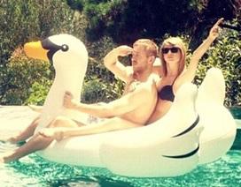 Taylor Swift và bạn trai mới tình tứ tại hồ bơi