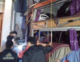 Xe khách giường nằm đâm thẳng vào nhà dân trong đêm