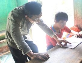 Cảm động chuyện thầy giáo tật nguyền nhận học phí bằng gạo trộn với… đất