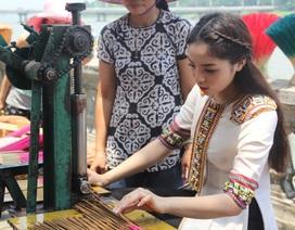 Hoa hậu Kỳ Duyên hứng thú trải nghiệm nghề truyền thống Huế