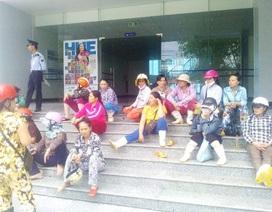 """Hàng chục tiểu thương """"vây kín"""" trụ sở tiếp dân đòi gặp Chủ tịch TP Huế"""
