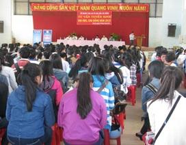 Gần 1.000 học sinh tham gia buổi tư vấn tuyển sinh