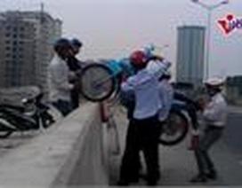 """Hình ảnh dịch vụ """"lạ"""" trên cầu Thanh Trì"""