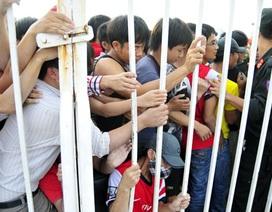 Dòng người xếp hàng mua vé trận Việt Nam-Arsenal ở sân Mỹ Đình