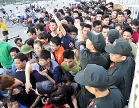 Người hâm mộ vật vã chờ đợi tấm vé trận Việt Nam-Arsenal