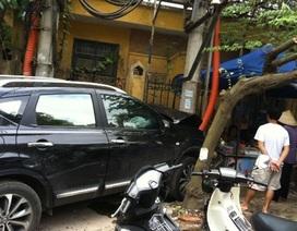 Hà Nội: Xế hộp nghiền nát xe máy rồi lao vào quán nước
