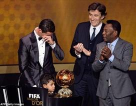 C. Ronaldo rơi lệ trong ngày nhận Quả bóng vàng FIFA