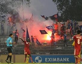 Đội nhà thua kiểu tennis, CĐV Quảng Ninh đốt pháo sáng trên sân Tam Kỳ