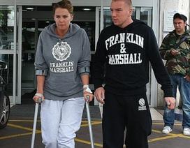 Cựu Hoa hậu Anh phải chống nạng sau khi bị hành hung