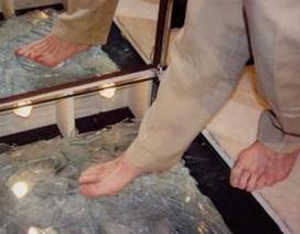 Đi chân trần gần 30km trên kính vỡ