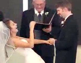 Cô dâu không ngừng cười