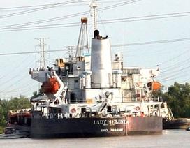 Trục vớt tàu chở hàng chục ngàn tấn quặng sắt chìm trên sông Soài Rạp