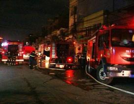 Tiểu thương hoảng loạn vì đám cháy sát chợ Phú Nhuận