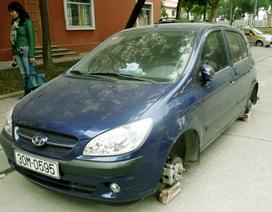"""Kẻ trộm """"thay"""" 4 bánh ô tô bằng... gạch"""