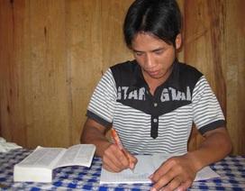 Chàng trai Cơtu ham học tiếng Anh