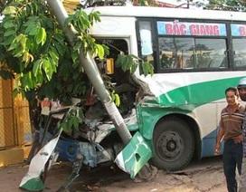 Xe khách đâm xe tải, hàng chục người suýt chết