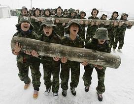 Học sinh Hàn Quốc luyện tập thể lực giữa trời tuyết rơi