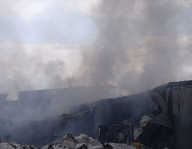Kho vải cháy dữ dội, hàng ngàn công nhân tháo chạy