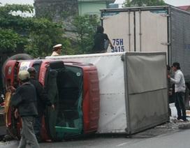 """Tài xế ngủ gật, xe tải """"đổ kềnh"""" ra đường"""