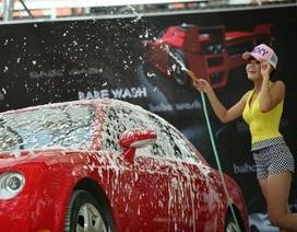 """Lạ lẫm """"chân dài"""" rửa ô tô tại Hà Nội"""