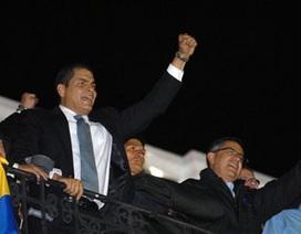 Quân đội Ecuador giải cứu Tổng thống khỏi bệnh viện, Peru đóng cửa biên giới