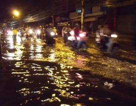 Triều cường và mưa to dìm nhiều tuyến đường
