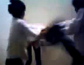 Lại ồn ào clip nữ sinh bị bạn đánh, lột quần áo dã man