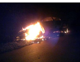Honda Civic bốc cháy dữ dội trong đêm