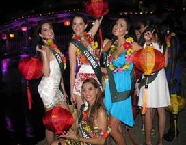 Người đẹp Hoa hậu Trái đất ấn tượng với đêm phố cổ Hội An