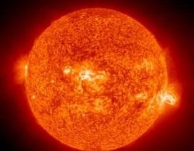 """Mặt trời """"nhả"""" chùm lửa cực mạnh về Trái đất"""