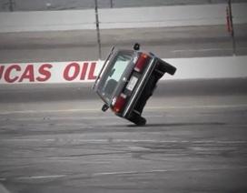 """Xem """"vua drift"""" điều khiển ô tô chạy 2 bánh"""