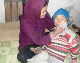 Cụ già 80 tuổi mắt mờ lòa nuôi con bại liệt