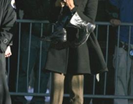 """Naomi Campbell """"diện"""" bốt cao gót đi dọn vệ sinh"""