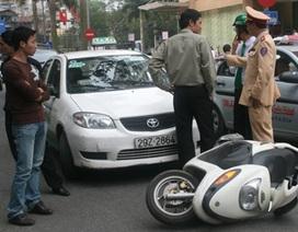 Sa thải lái xe taxi tông CSGT