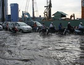 """TPHCM: Đường bê tông thành sông """"nước cống"""""""
