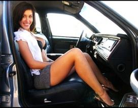 Dùng ảnh người đẹp khêu gợi để bán xe cũ