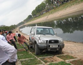 Ô tô mất lái suýt lao sông Tô Lịch