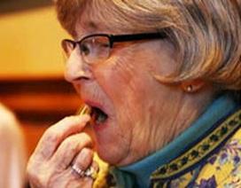 Son môi giúp người già tránh tổn thọ