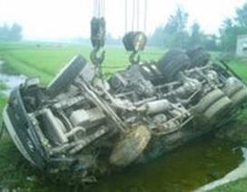 Xe tải mất lái nhào xuống ruộng