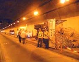 Lật xe trong hầm đường bộ Hải Vân
