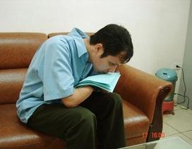Người đàn ông dùng môi đọc chữ